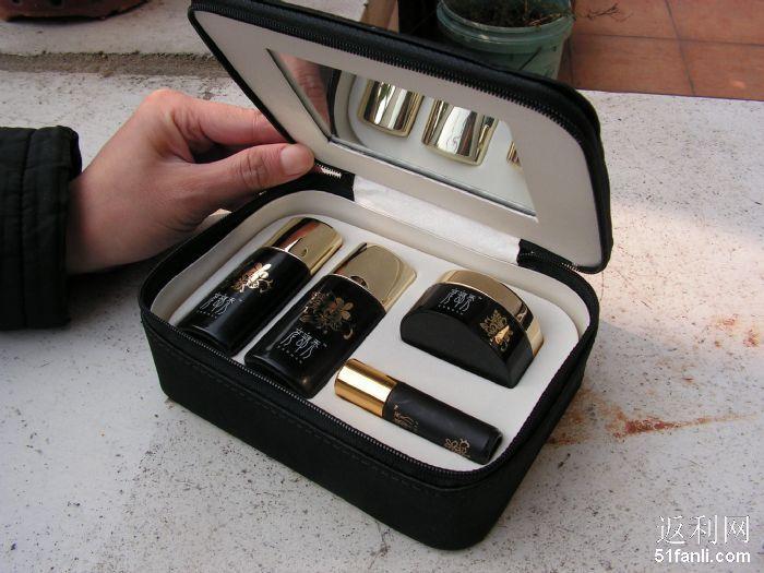 感觉很精美的小盒子,因为配了镜子觉得非常适合做化妆包,呵呵,因为这个才买的,哈哈